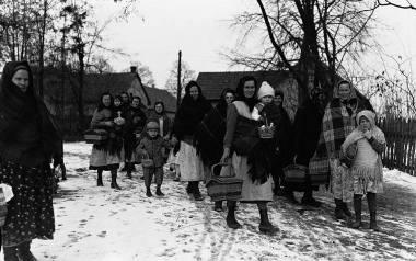 Na zdjęciu: Grupa kobiet z dziećmi ze święconkami w drodze do kościoła. Rok 1932.Wielka Sobota to w tradycji chrześcijańskiej dzień święcenia pokarmów.