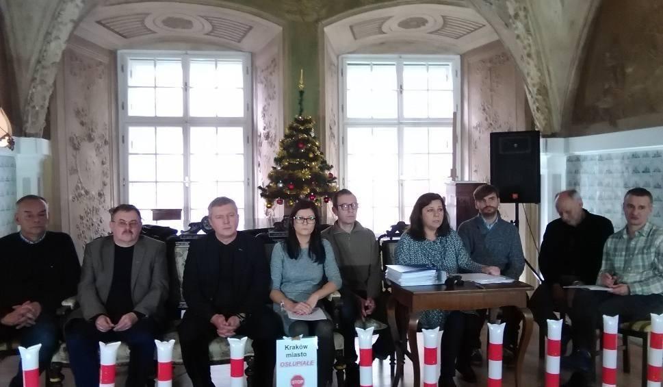 """Film do artykułu: Kraków. Mieszkańcy za specjalną komisją w sprawie likwidacji miejsc parkingowych i """"słupkozy"""". Teraz decyzja po stronie radnych"""
