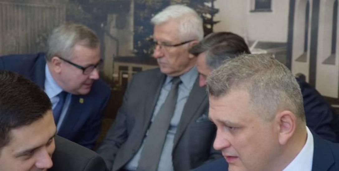 Dzień zawarcia koalicji w zarządzie powiatu nowosolskiego pomiędzy KWW W. Tyszkiewicz a Platformą Obywatelską. Na sesję przyjechali wtedy Waldemar Sługocki,
