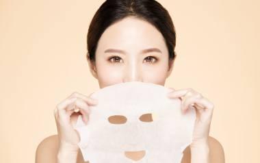 Azjatki juz od najmłodszych lat chronią skórę twarzy przed promieniowaniem UV i uczą się, jak odpowiednio pielęgnować cerę.