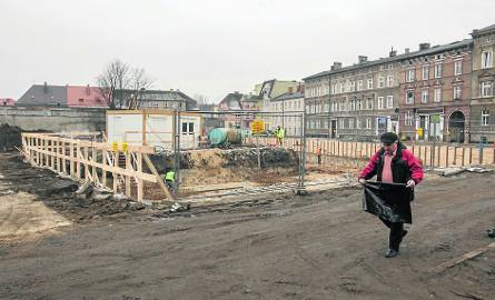 Wysoki poziom wód gruntowych utrudnia prace na ul. Długiej. Trwa osuszanie wykopów pod fundamenty bloku STBS-u