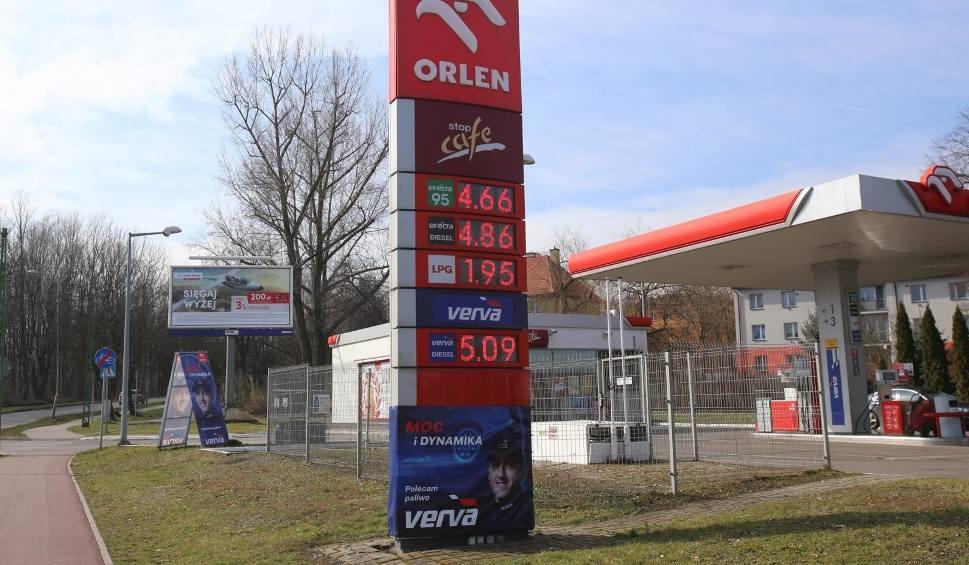 Film do artykułu: Czas na tanie tankowanie: 30.03.2020 r. Ceny paliw będą spadać, ale na pewno nie tak szybko jak teraz. Dlaczego?