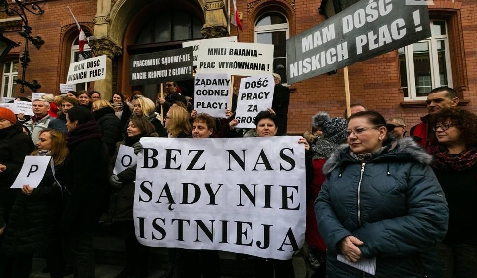 Film do artykułu: Protest urzędników sądowych w Szczecinie. Prezes sądu: bez tych ludzi sądy nie będą w ogóle działać