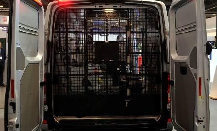 Prawie 400 samochodów w najbliższych miesiącach dostarczy polskiej policji koncern Volkswagen. Do funkcjonariuszy trafią samochody patrolowe i więźniarki.