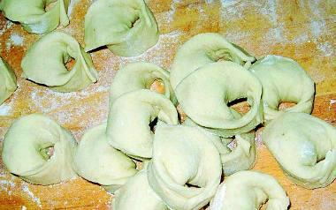 Składniki na ciasto30 dag mąki  jajko szczypta soli  1-2 łyżki wodySkładniki na farsz10-15 dag ugotowanych grzybów (suszonych)średnia cebula  1-2 łyżki