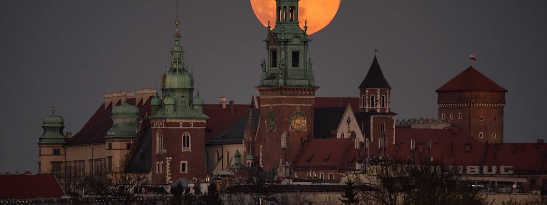 """""""Dzisiejszy wschód księżyca nad Wieżą Zegarową na Wawelu"""