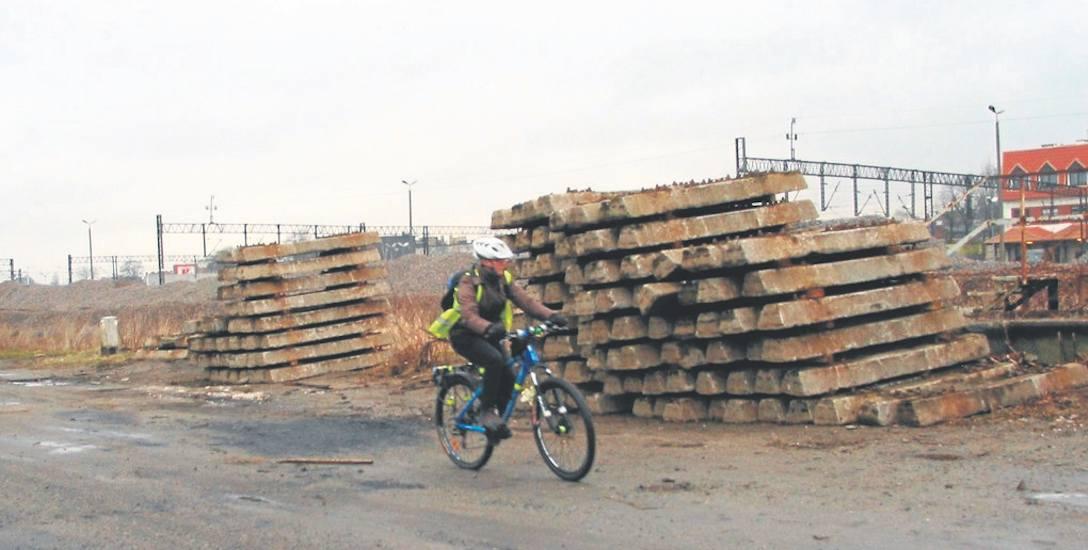 Składowiska na torowiskach pośrodku miasta przyciągają uwagę cyklistów z zacięciem