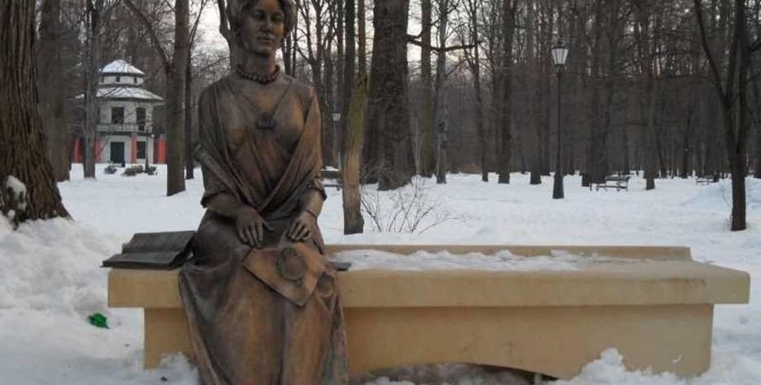 Ławeczka z Alicją Habsburg w żywieckim parku. Jest szansa, że jej prochy oraz Karola Olbrachta spoczną w Żywcu.