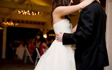 Przyszli małżonkowie zgadzają się co do tego, że w dniu ślubu są trzy najbardziej stresujące momenty - błogosławieństwo, sama ceremonia oraz... pierwszy