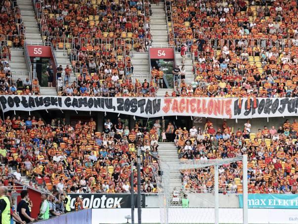 Taki transparent wywiesili kibice na meczu Jagiellonii Białystok z Ruchem Chorzów. Z pewnością nie takiej inauguracji sezonu spodziewały się władze spółki