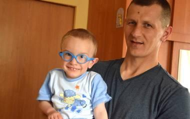 Od operacji Kubusia minął już ponad rok. Chłopiec przechodzi teraz rehabilitację i nabiera sił. Na zdjęciu Kubuś z tatą Witoldem.