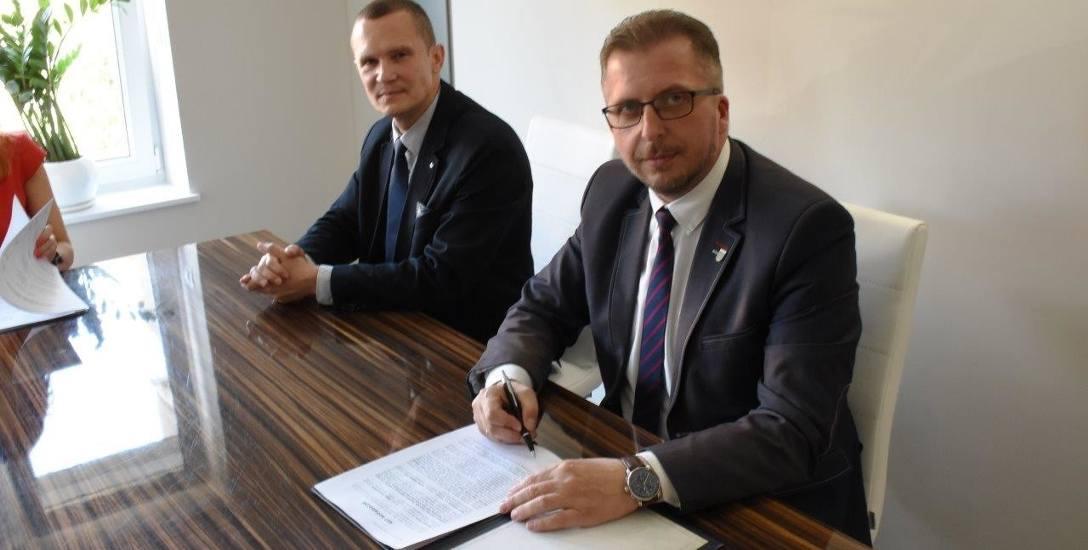 Burmistrz Mirosław Gąsik z pełnomocnikiem Miasta Gniezna podpisali 11 lipca akt notarialny ws. przejęcia przez Szprotawę biurowca odlewni.