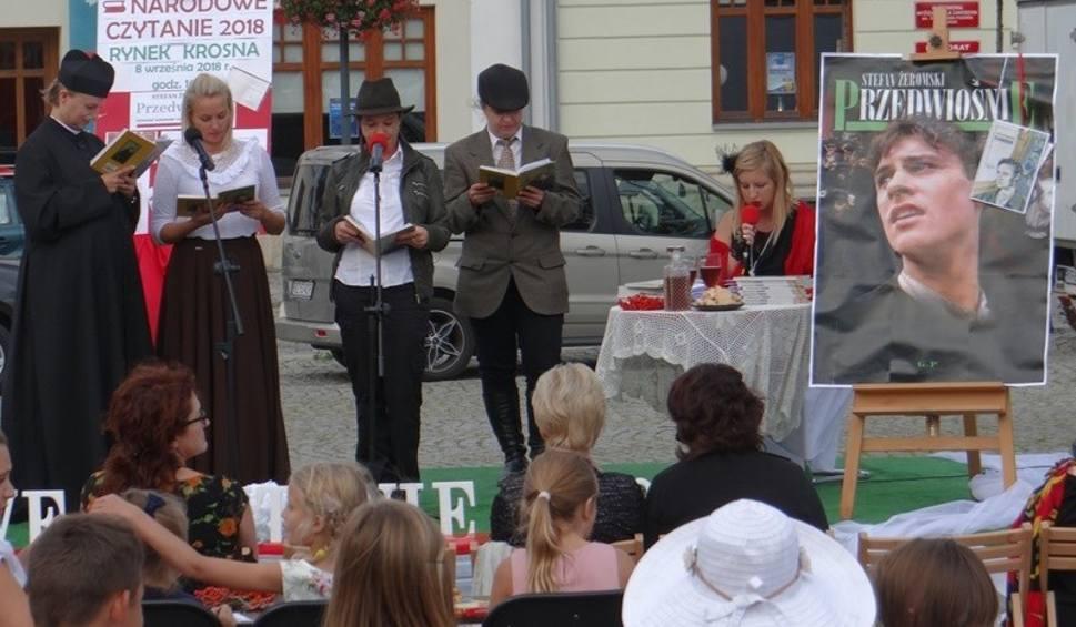 """Film do artykułu: Narodowe Czytanie w Krośnie. """"Przedwiośnie"""" na Rynku czytało ponad 30 osób [ZDJĘCIA]"""