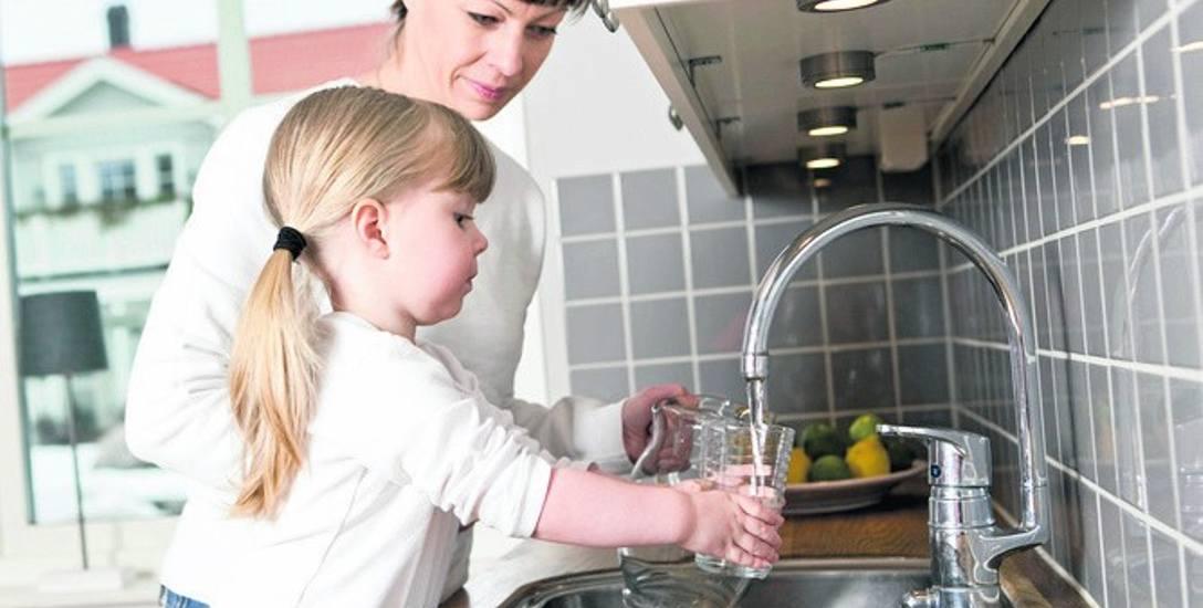 Jak przekonać dziecko do picia wody, kiedy ono woli słodkie, kolorowe napoje?