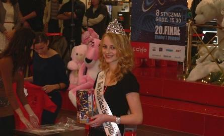 Paulina Spera, miss Polonia Ziemi Świętokrzyskiej 2011 zachęcała gości w Galerii Echo do licytacji.