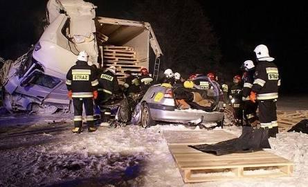 Śmierć trzech osób na trasie Ostrów Mazowiecka - Białystok. Policja prosi o pomoc (wideo, zdjęcia - uwaga drastyczne)