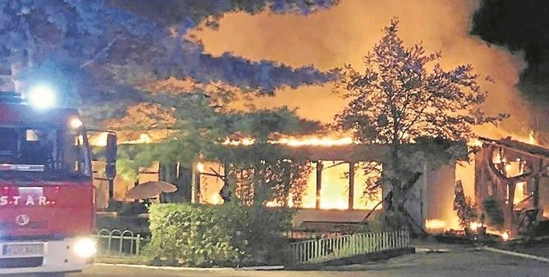 Chrzanów. Płomienie doszczętnie strawiły dawny ośrodek rekolekcyjny. Policja ustala przyczyny pożaru