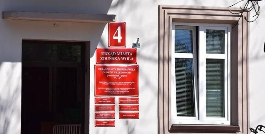 Nowe tabliczki na Urzędzie Miasta Zduńska Wola. Ile to kosztowało?