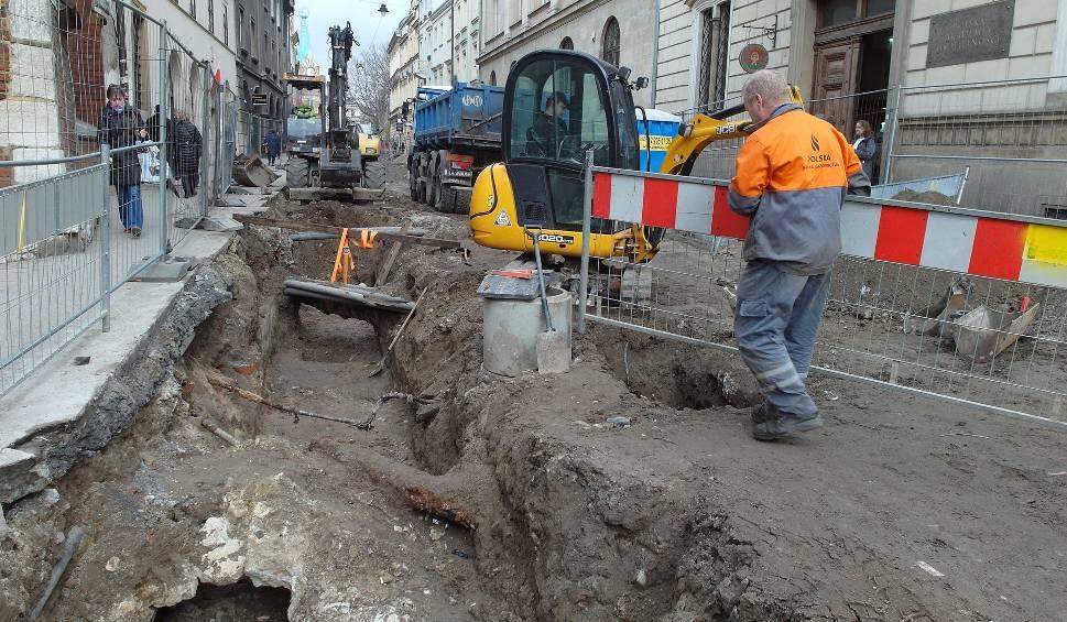 Film do artykułu: Kraków. Na ulicy Sławkowskiej wielki tłok - praca idzie pełną parą [ZDJĘCIA]