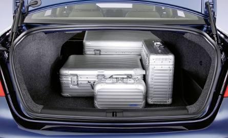 Poprawne mocowanie bagażu w samochodzie: siatki, pasy i maty. Poradnik