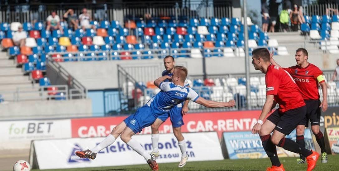 Kacper Drelich (uderza na bramkę) w meczu z Podhalem Nowy Targ zdobył dwie bramki