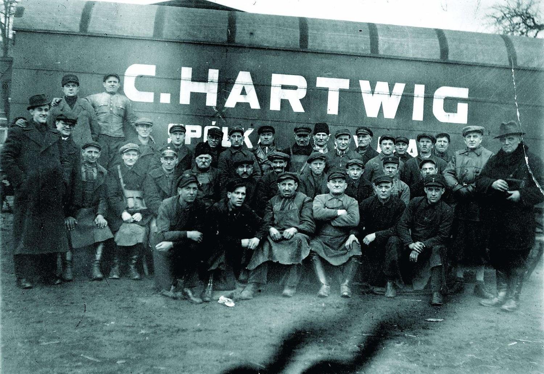 Franciszek Majewski pracował m.in w firmie transportowej  C. Hartwig. Stoi w trzecim rzędzie, głową zasłania literę Ó.