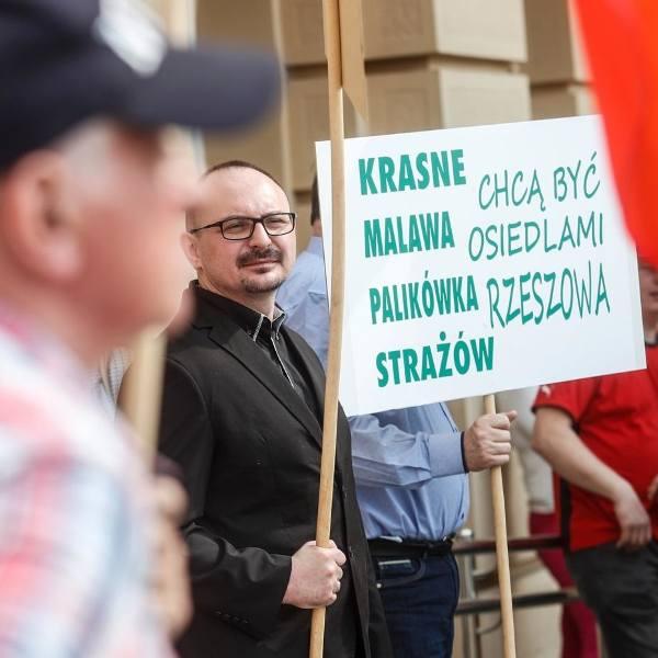 Mieszkańcy gminy Krasne pikietują pod Urzędem Wojewódzkim w Rzeszowie w celu przyłączenia do miasta całej gminy. Zdjęcie z 2018 roku.