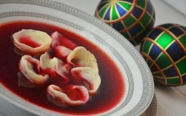 Wigilijny barszcz czerwony z dodatkiem jabłka i suszonych grzybów.
