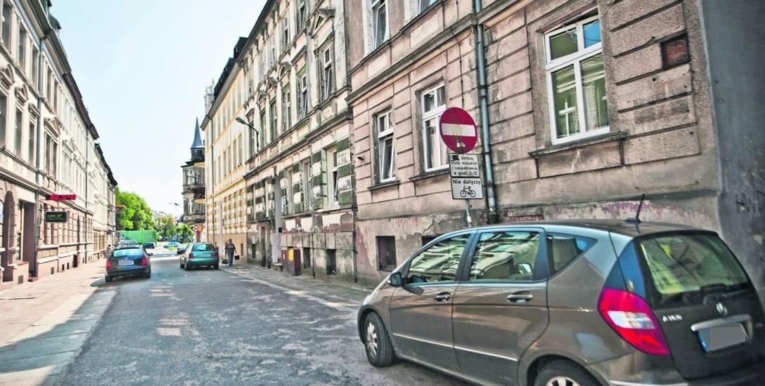 To odcinek ul. H. Modrzejewskiej, który dla aut powinien być nieprzejezdny. Tyle teoria...