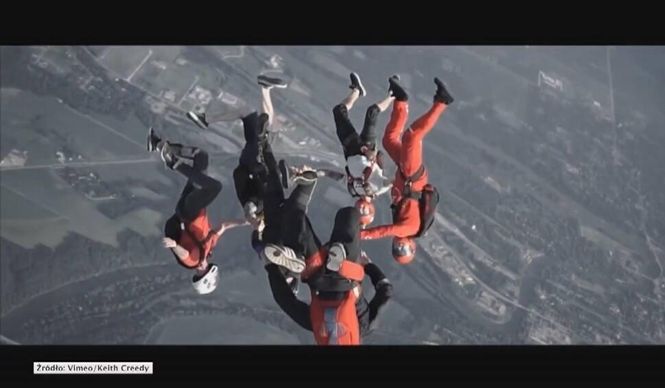 Film do artykułu: Wspólny skok ze spadochronem nad Chicago [wideo]