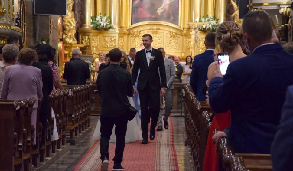 Film do artykułu: Piękny ślub znanego siatkarza Mateusza Bieńka w Bazylice Katedralnej w Kielcach. Były gwiazdy reprezentacji Polski [WIDEO, ZDJĘCIA]
