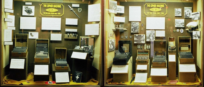 Ekspozycja siedmiu wybranych typów Enigmy na wystawie w amerykańskim Narodowym Muzeum Kryptografii.