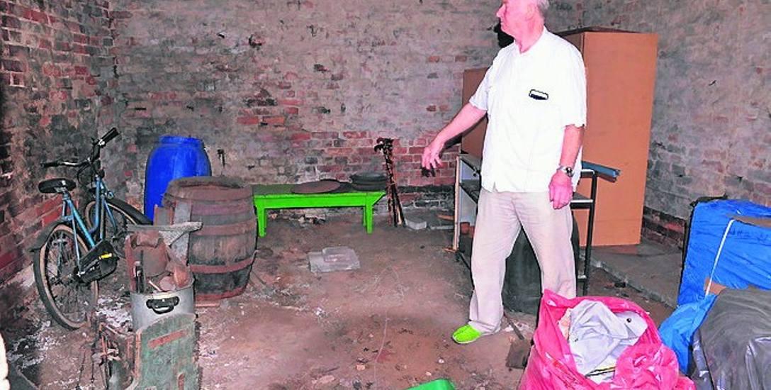 Lesław Lalek na tle wynajmowanego garażu przy ul. Długiej, który według niego został oczyszczony przez złodziei