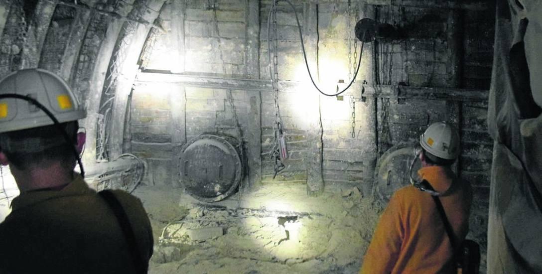 Katastrofa w kopalni Zofiówka: Minął rok. Pięć białych krzyży i cisza, która krzyczy