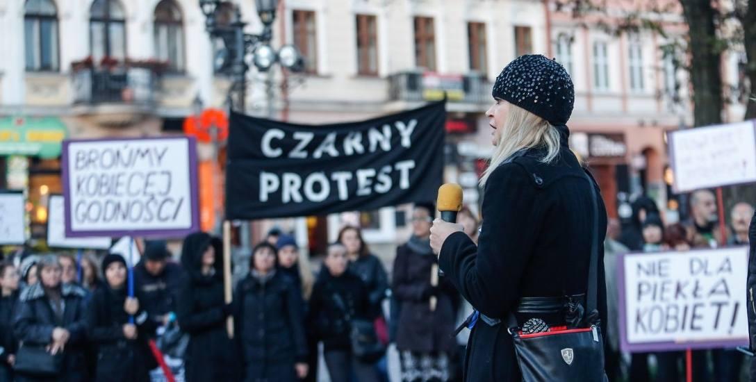 W poniedziałek na Rynku w Rzeszowie odbył się - kolejny już - czarny protest