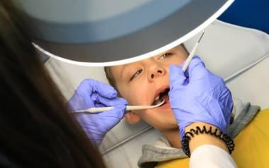 Leczenie kanałowe zębów wzbudza kontrowersje. W środowisku medycznym zawrzało. American Dental Association, American Association of Endodontist oraz