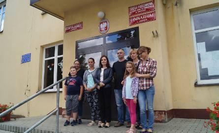 Na zdjęciu reprezentacja rodziców, którzy sprzeciwiają się łączeniu klas. Od lewej: Iwona Kuś z synem Kubą, Jolanta Gamrat, Anna Gil, Andrzej Kluza,