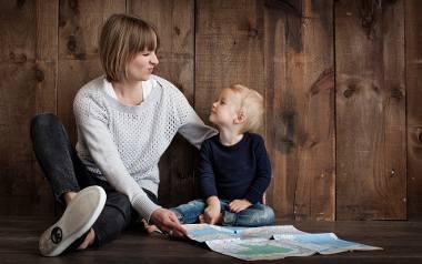 500 plus na pierwsze dziecko zostanie przyznane bez względu na wysokość dochodów rodziny czy stan cywilny rodziców. Otrzymają je także rodzice i opiekunowie