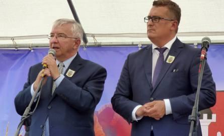 Poseł Krzysztof Lipiec (z lewej) i wójt Paweł Zagaja ogłosili publicznie, że Nowy Korczyn rozpocznie starania o przywrócenie praw miejskich.