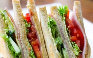 Słynne amerykańskie trójkątne kanapki z mnóstwem dodatków.