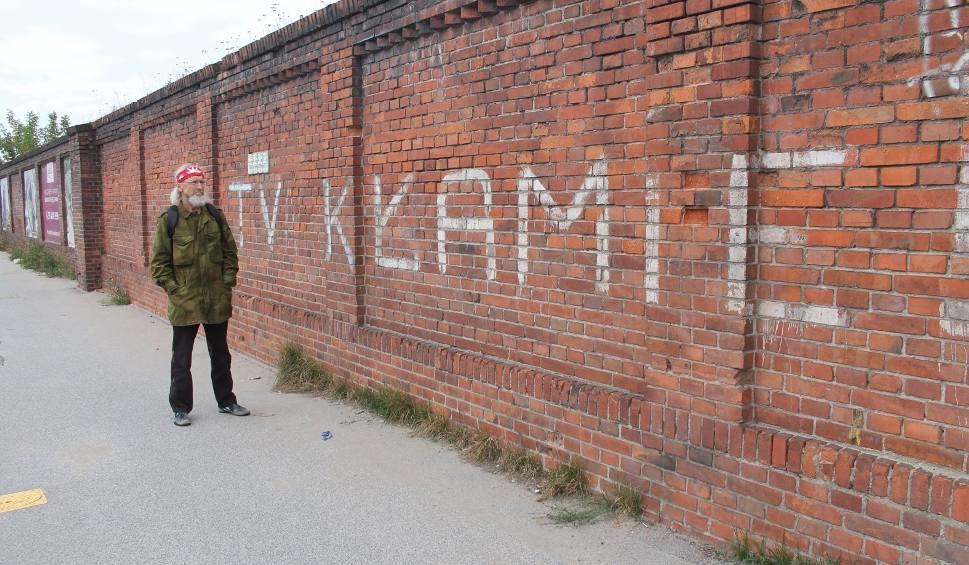 Film do artykułu: Haseł na murze toruńskiej rzeźni nie zniszczyła bezpieka. Zlikwiduje je deweloper?