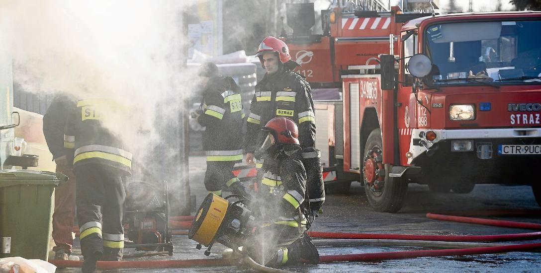 - Żeby się dowiedzieć, kto przyjechał na pomoc, wystarczy obejrzeć zdjęcia z wypadku i przyjrzeć się numerom rejestracyjnym wozów - mówią strażacy. -