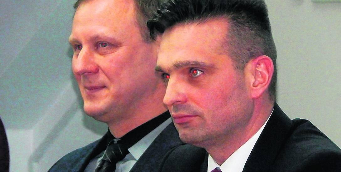 Wicestarosta Tomasz Kaczmarek (na pierwszym planie) oraz starosta Mirosław Glaz. Jak wyglądają ich oświadczenia majątkowe za 2017 rok? Sprawdziliśmy