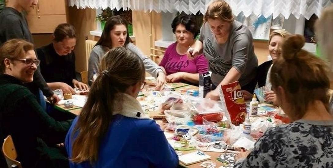 Mimo, że często pracują zawodowo, mieszkanki gminy Czyżew zasiadają do stołu i tworzą z radością. Bo po prostu się lubią