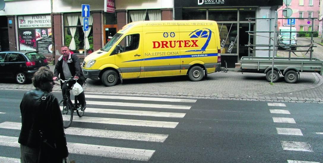 Samochód z przyczepą regularnie parkuje na chodniku obok przejścia przy ul. Jagiełły. W tym czasie piesi i rowerzyści mają problemy z bezpiecznym wejściem
