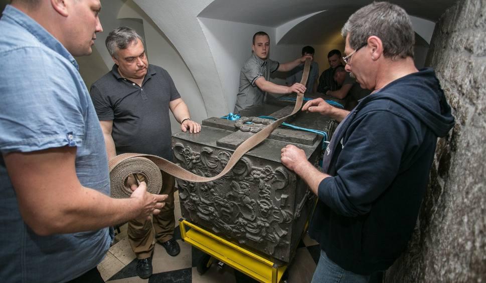 Film do artykułu: Wyjątkowe wydarzenie: z Wawelu wywieźli sarkofagi [WIDEO, ZDJĘCIA]