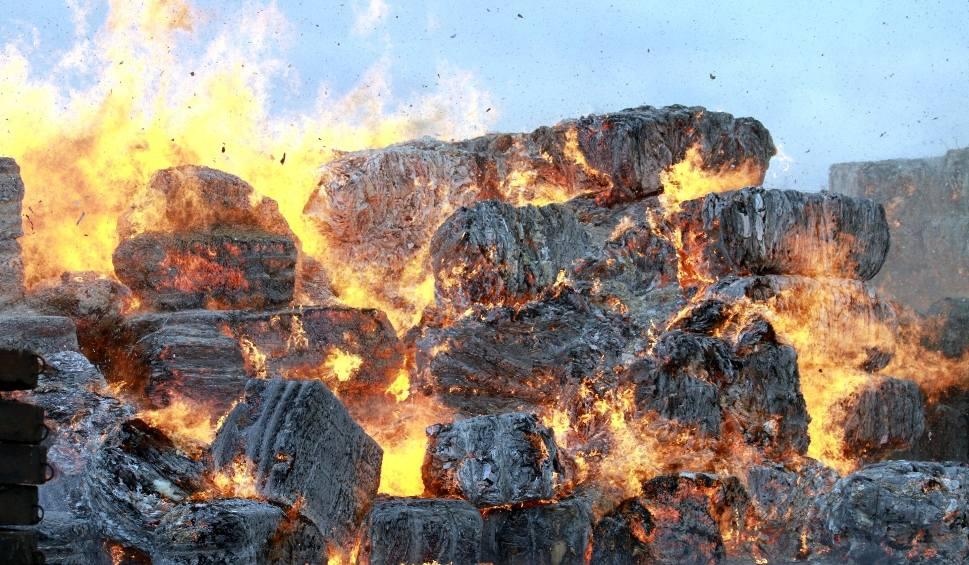 Film do artykułu: Knapy. Potężny pożar w składzie makulatury! [WIDEO, ZDJĘCIA]