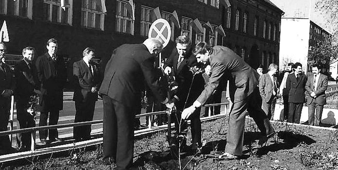 Rok 1988, sadzenie przed internatem zawodówki noszącej imię Janka Krasickiego dębu Janek