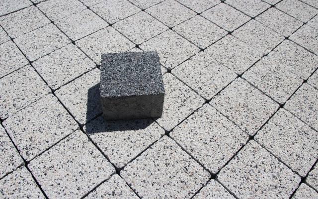 Jeśli wyobrazimy plac wokół domu wybrukowany kostką bez krawędzi, pozostanie niezbyt atrakcyjna  gładka betonowa płyta. Dodatkowo ułożenie kostki bez