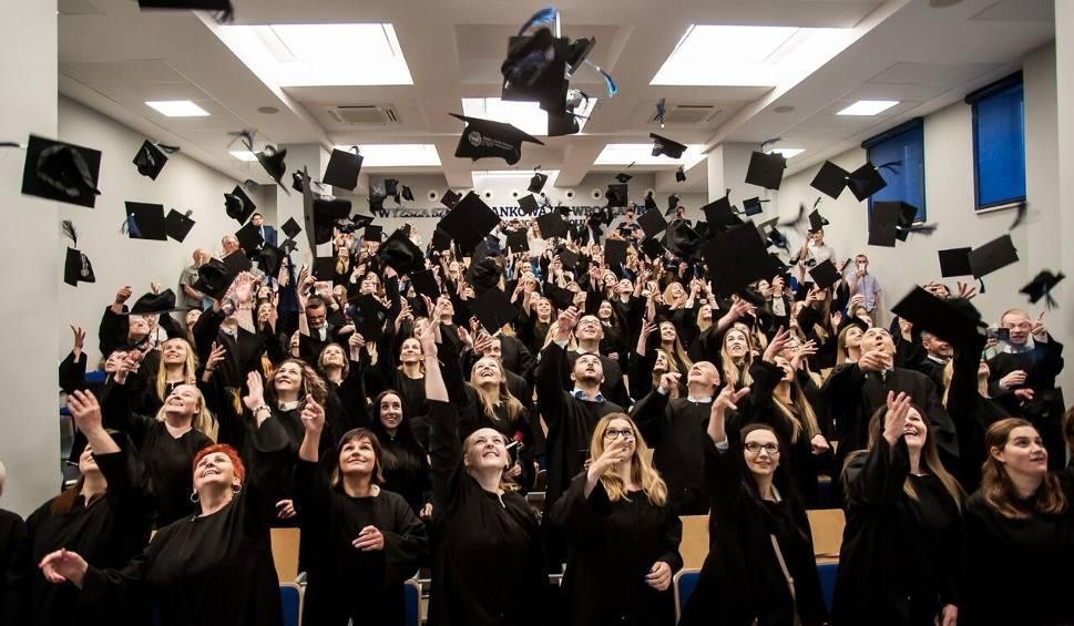Film do artykułu: Absolwenci WSB odebrali dyplomy. Birety poszybowały w górę